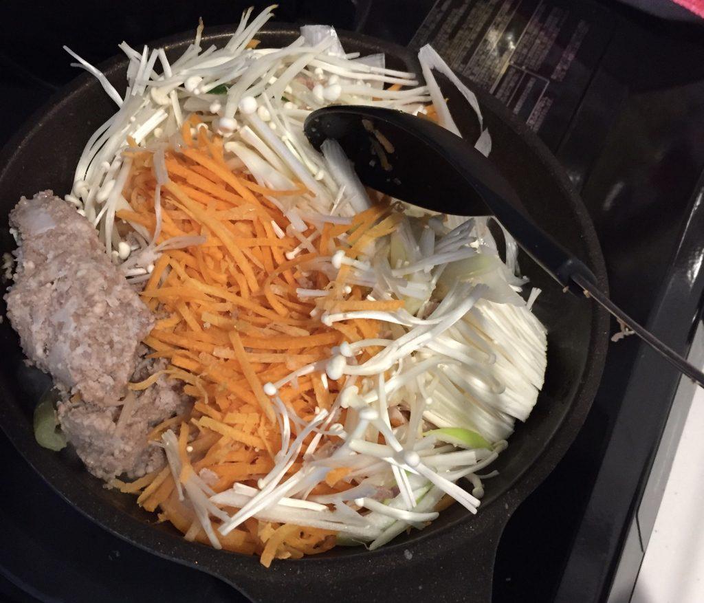 オイシックスでビビンバ丼。野菜が溢れそう