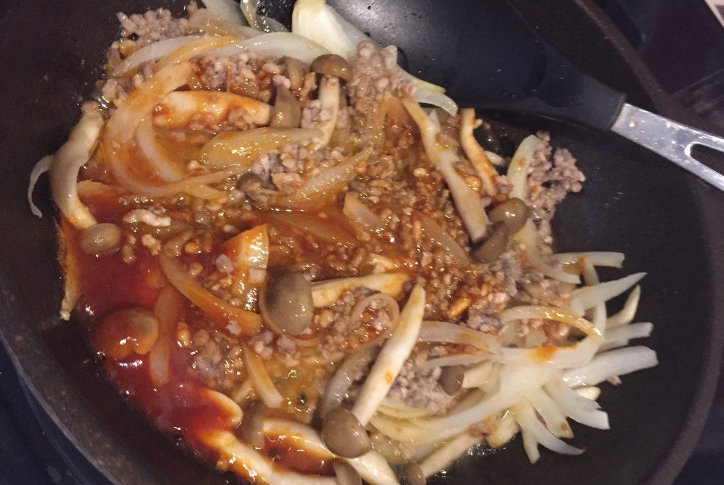 フライパンでドリアの材料を炒める