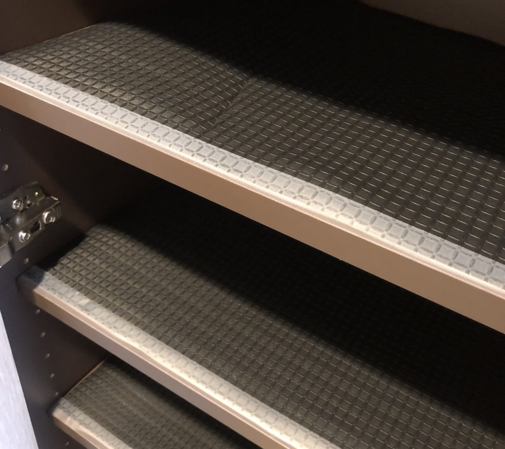 げた箱シートは手前をテープで固定
